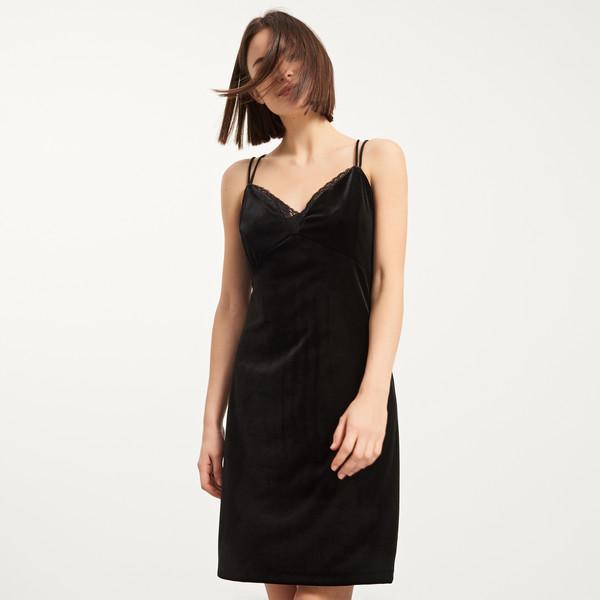 Reserved Aksamitna sukienka z ozdobnym dekoltem QM266-99X